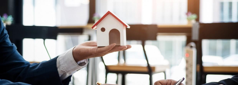 Adviseur in gesprek over hypotheek