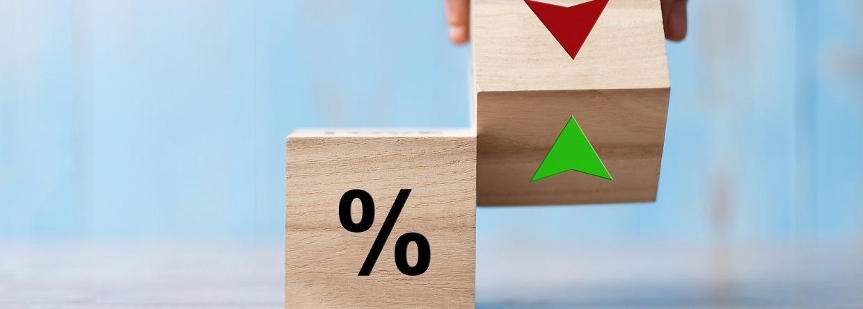 Bedrijfsmens Hand verandering houten kubusblok met percentage aan OMHOOG en Het pictogram van het pijl-symbool van de pijl.H.C. Rente, aandelen, financieel, rangschikken, hypotheekrente en Cut loss concept, hypotheek, hypotheekrenteaftrek
