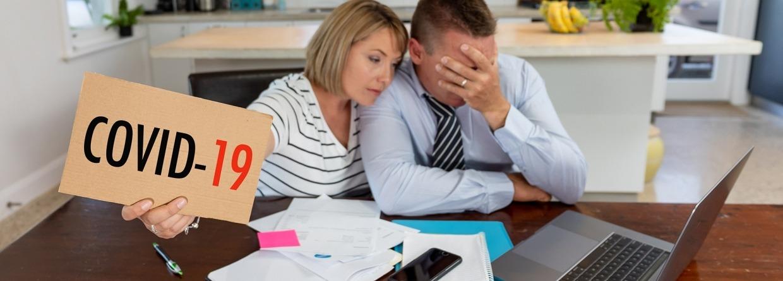 Familiepaar in nood van banenverlies bezorgd over rekeningen, kredietschulden, leningen en huis financiën.