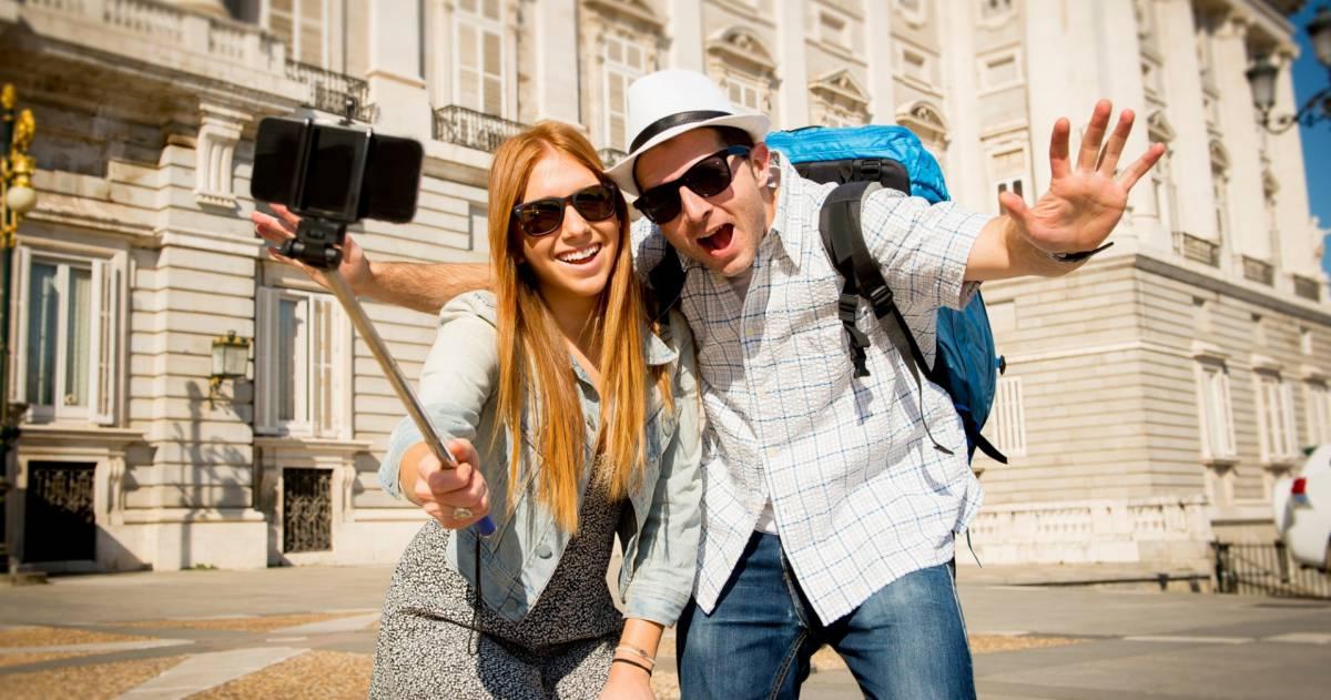 Stel maakt selfie in madrid
