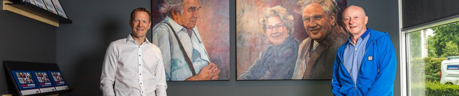 2 mannen staan voor een schilderij met 2 mannen en een vrouw